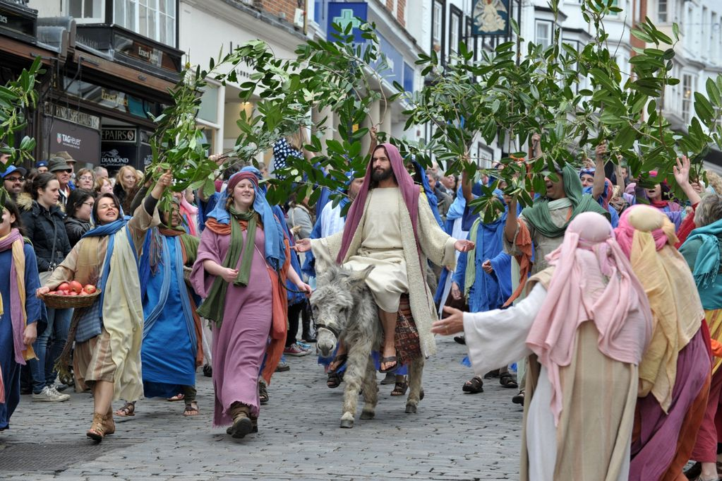 Easter 2015: Passion of Jesus performed in Guildford High Street